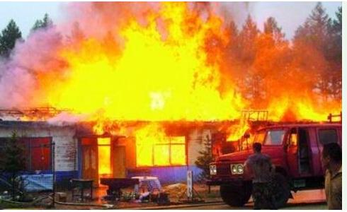 消防车灭火图片